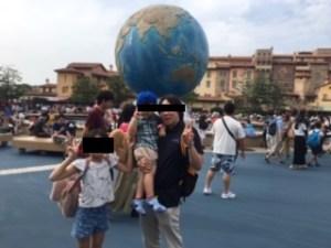 ディズニーシーの地球儀前で記念撮影する家族