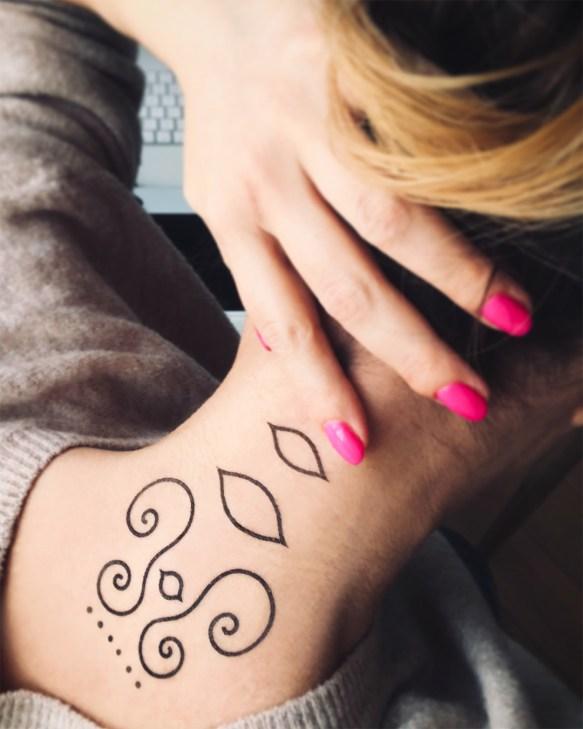 Tatuaż na kręgosłup szyjny
