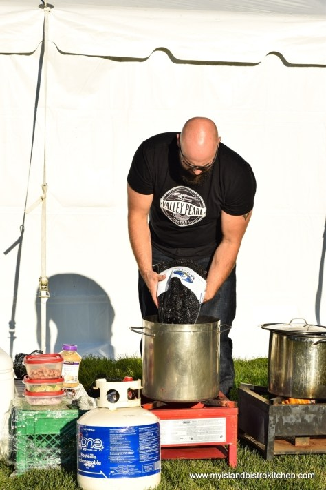 "Damien Enman Prepares to Steam PEI Blue Mussels at ""Taste of Tyne Valley"" PEI Fall Flavours 2017 Event"