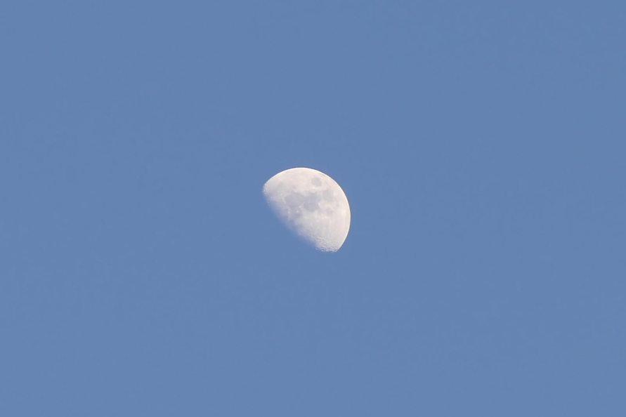 Луна, вид с ул. Капитана Орлова