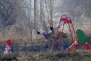 Качели на детской площадке ул. Капитана Орлова
