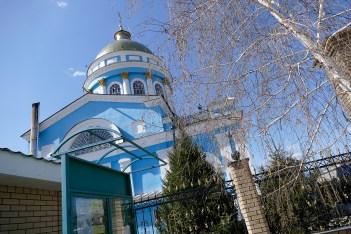 Сверкающий на солнце позолоченный купол собора