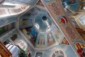 Высоко раскрытое пространство в интерьере выглядит единым целым благодаря широким и высоким подпружным аркам, соединяющим с центральным куполом ветви собора.