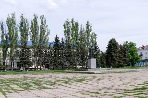 В.И. Ленин, на заднем плане гор. поликлиника Изюма