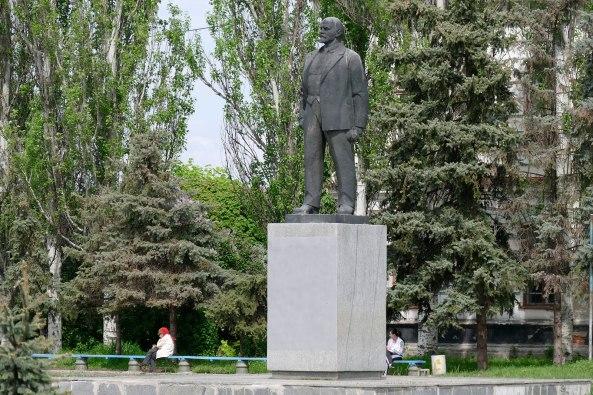 Владимир Ильич Ленин (Ульянов) - монумент в центре города Изюм, Харьковская область, май 2015 года