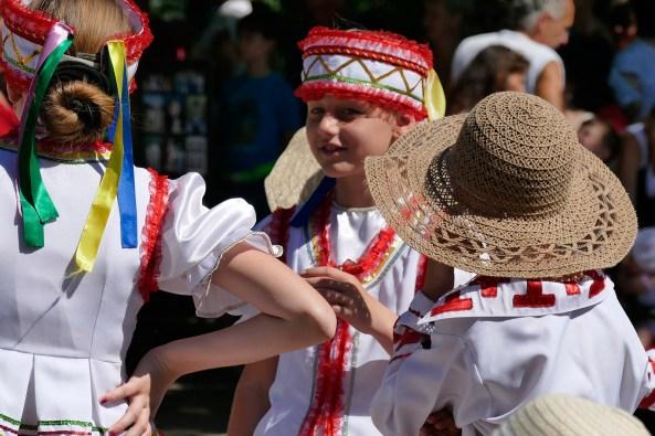 Молодые артисты в национальных костюмах