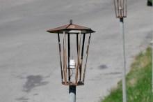 Ржавый раскуроченный фонарь в центре Изюма