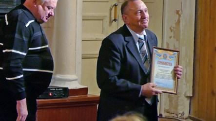 Григорий Федорович Редько принимает награду, как худрук хора