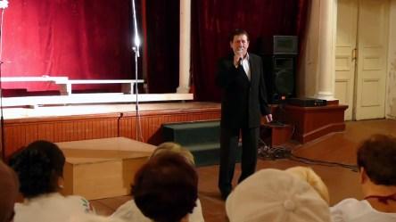 Александр Саченков на сцене кинотеатра Спартак в Изюме