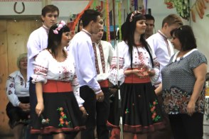 Юлия Зушенская в национальном костюме на праздничном концерте