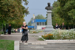 Вид на главную аллею и памятник Т.Г. Шевченко, далее - автовокзал Изюма