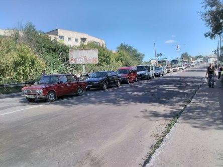 Пробка перед ремонтируемым мостом у автовокзала Изюма