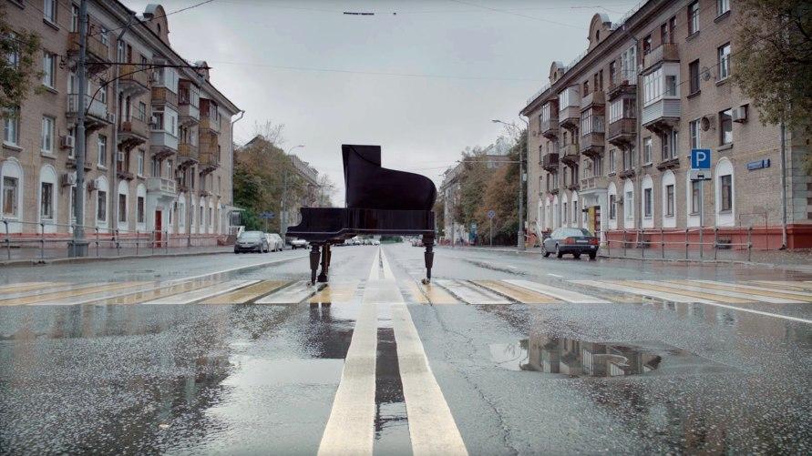 Изначально ролик был задуман в атмосфере жаркого лета, но обстоятельства сложились так, что снять клип получилось только дождливой осенью.