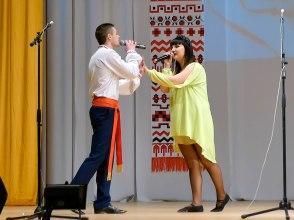 Акапельно исполняют украинскую народную песню «Гиля, гиля, сірі гуси»