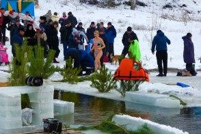 В этом году женщины не отставали от мужчин в принятии ледяной купели