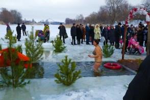 Сила духа и вера побеждает, когда человек заходит в ледяную воду