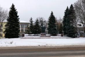 Памятник героям ВОВ напротив ДК на проспекте Независимости, город Изюм