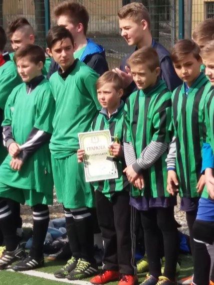 Грамота вручена капитану команды футболистов