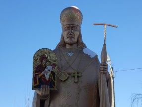 Сей памятник установлен святителю Иоасафу, епископу Белгородскому, обретшему в 1754 году чудотворную икону Божией Матери Песчанская