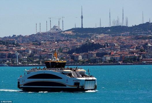 Пролив Босфор в Стамбуле становится бирюзовым в летнее время