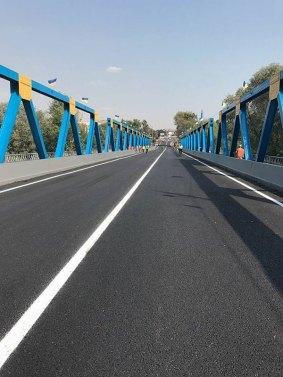 Президент Украины Петр Порошенко лично открыл отремонтированный железобетонный мост в Изюме через реку Северский Донец,