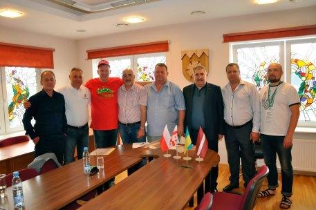 Делегации г. Изюм, Андрыхув (Польша), Хони (Грузия) с главой Тукумса (Латвия) после подписания меморандума о сотрудничестве