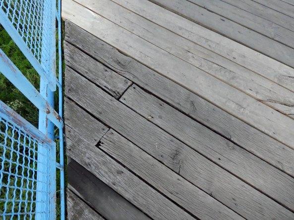 Требуется срочный ремонт деревянного настила моста