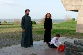 Богдан Шилько возлагает цветы к вечному огню
