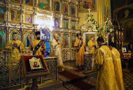 Службу ведет Высокопреосвященнейший Елисей митрополит Изюмский и Купянский