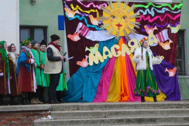 Ведущий Максим Кондратьев и Марина Бывалина в роли весны