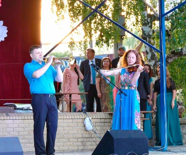 Инструментальный дуэт в составе Павла Редько (труба) и Юлии Шилько (скрипка)