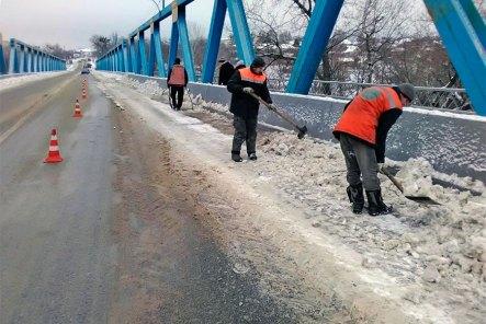 Очистка от снега моста через Северский Донец в Изюме