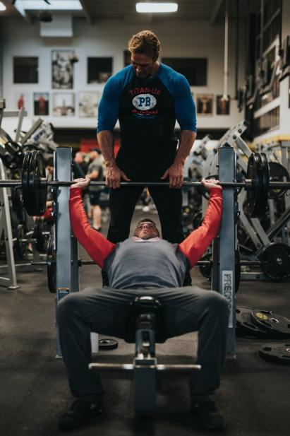 Decline Barbell Bench Press This is an excellent chest workout for men, it develops the lower pec. Always have a spotter to assist you. How to do the decline barbell bench press Lay back down on a decline bench while securing your feet. Using a medium width grip, lift the bar from the rack and hold it straight over you with your arms locked. Inhale and bring the bar down slowly until the bar touches your lower chest. Pause for a second, then push the bar back up back to the starting position. Lock your arms and squeeze your chest in the contracted position, hold for a second and then start coming down slowly again.