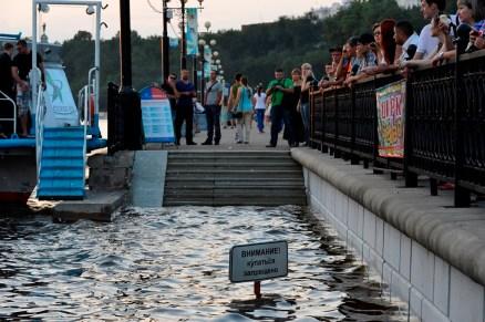 La gente acude a ver el río - People come to see the river