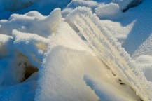 El hielo adopta formas caprichosas, incluyendo láminas así de finas - Ice adopts whimsical shapes, including this thin layer