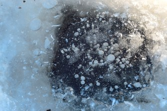 Hay agujeros por todas partes. Las burbujas quedan atrapadas en el hielo - There are holes everywhere. Bubbles are trapped in the ice