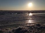 A pesar de todo la gente sigue paseando por el río congelado - In spite of everything, people still walk over the frozen river