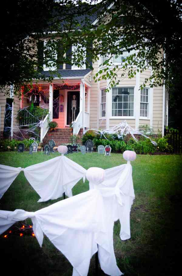 Cheap DIY Halloween Decorations for outside in the yard. #Halloween #halloweendecorations #outdoorhalloweendecorations #eeriehalloween