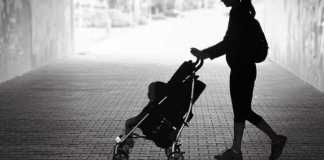 A story of a Kuwaiti woman who sleeps on the street with her daughter
