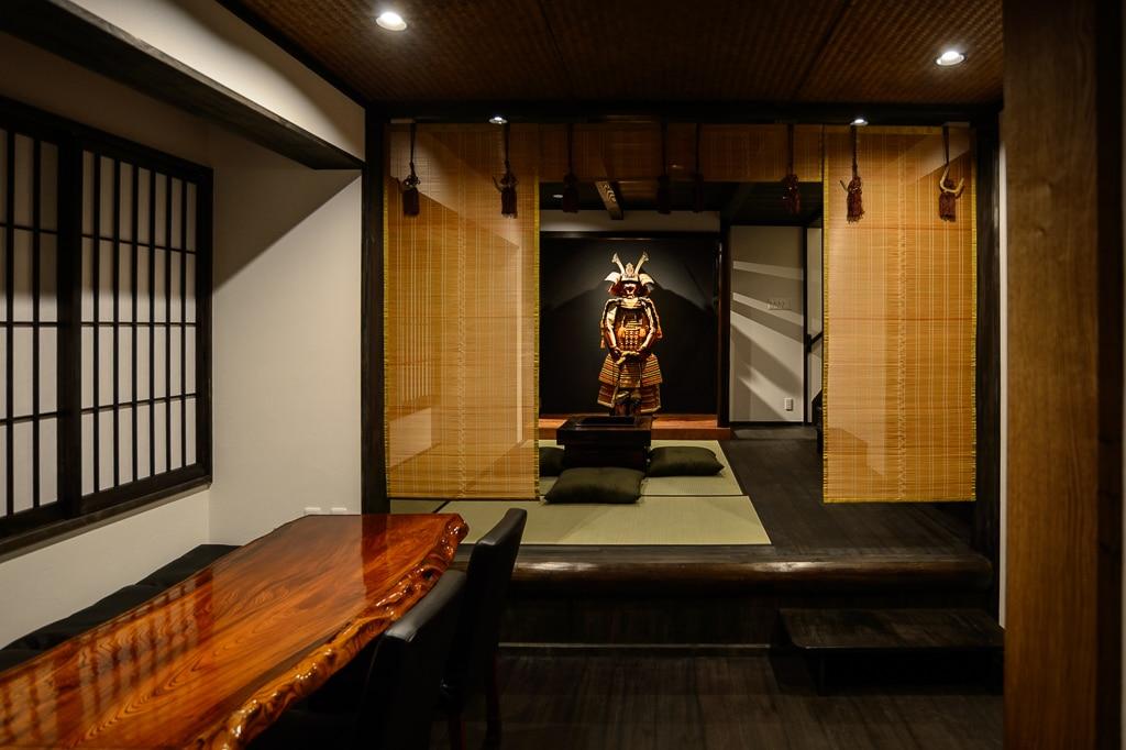 Kiyomizu Machiya, Harry overlooking the living room