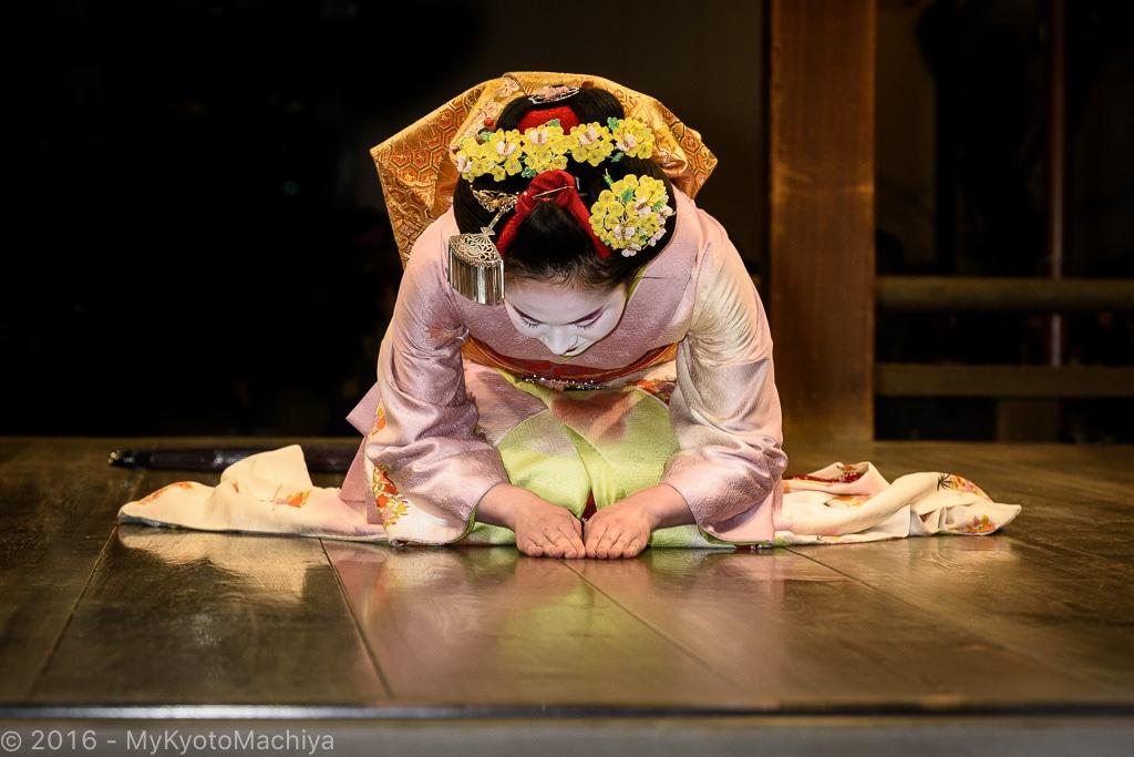 160312_Kyoto-Yasaka-Jinja-Maiko-Dancing-810219