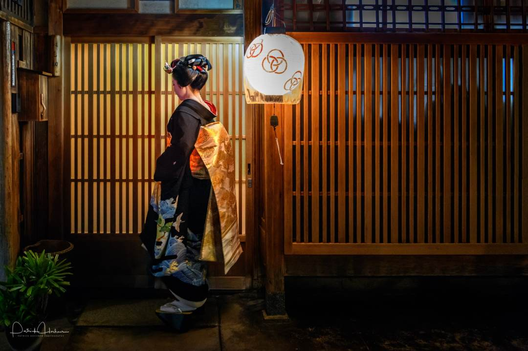 Maiko Koume wearing a Sakko hairdo before her Erikae