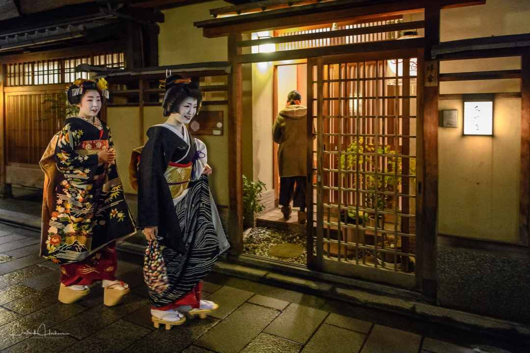 Maiko Kimimoe doing a round of places after her Misedashi, Miyagawa-Cho