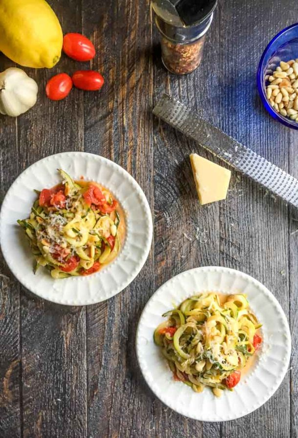 You can make zucchini noodles with lemon Parmesan in just 10 minutes. It's a healthy and very flavorful dish that won't make you miss the pasta.