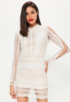robe-moulante-blanche-en-crochet-et-col-montant