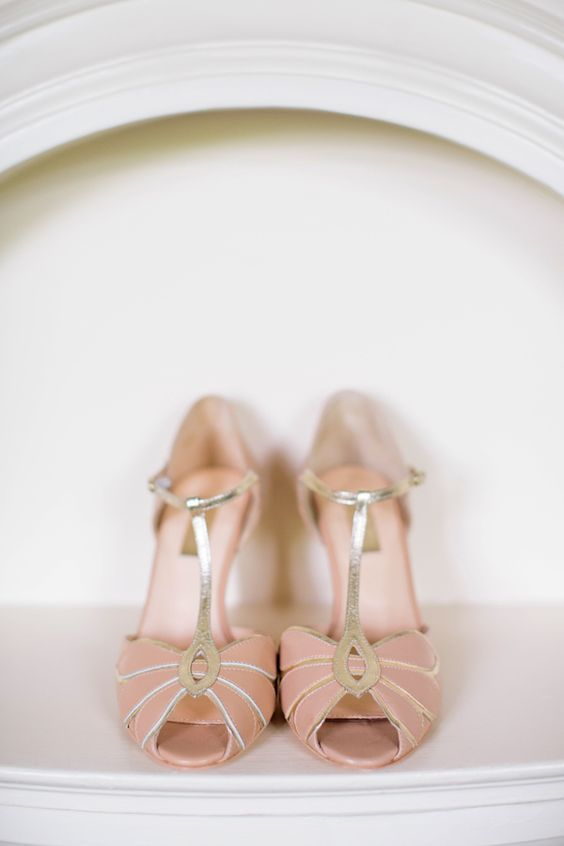 zapatos para novia living coral pantone 2019