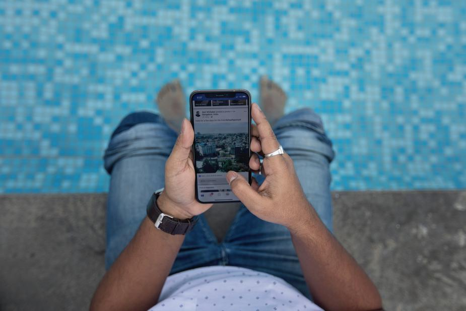 poolside using smart phone Immobilier : Un boom post confinement en trompe l'œil ?