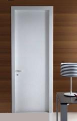 Minimal λευκή πόρτα με ακμές 90 μοιρών σε υπέροχη αψεγάδιαστη λάκα.