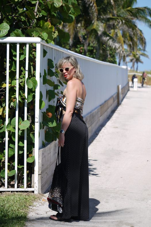 Alba Marina Otero fashion blogger from Mylovelypeople blog shares with you what to wear in a birthday party at the beach, she is wearing a high waist polka dots pants, a scarf as a top and a pairs of flat greek sandals