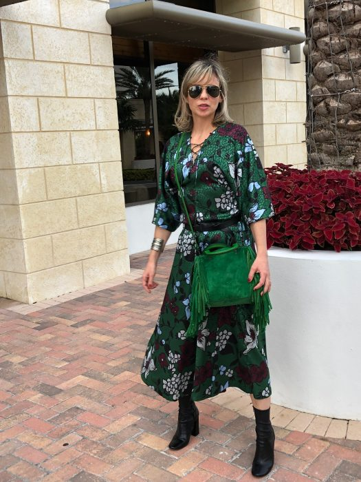 Alba Marina Otero fashion blogger from Mylovelypeople blog shares with you how to combine a vibrant green flowers dress with an ankle leather boots and a fringes green bag for a Brunch